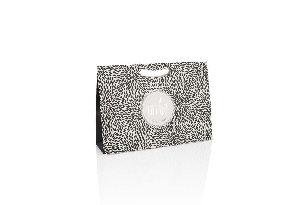 Luxe geschenkverpakking met uitgekapt handvat voorzien van logo