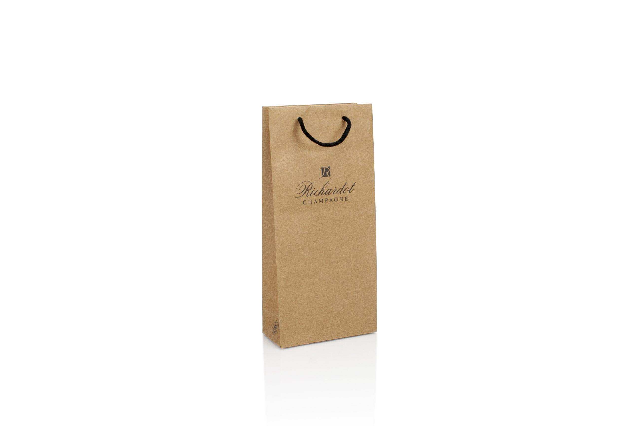 Champagneverpakking in kraft papier bedrukt met logo en katoenen handvat